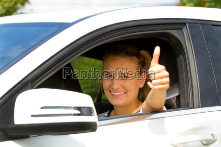 autofahrerin with thumbs up