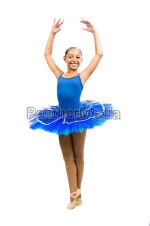schoener balletttaenzer mit blauem kleid posiert