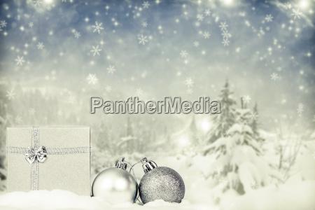 weihnachtsschmuck gegen winter hintergrund