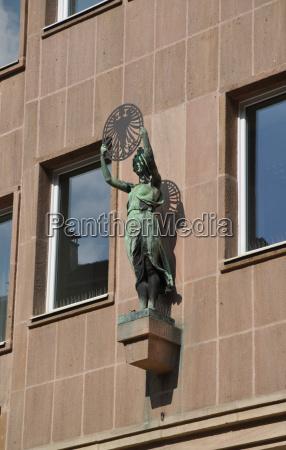statue an einem haus in nuernberg