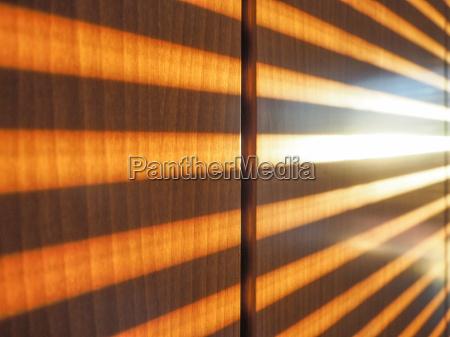 sonnenlicht verschluss durch hindurch vorbeigehend windows