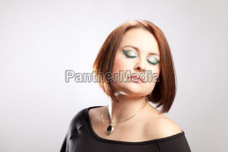 beautyportrait einer frau mit markantem make