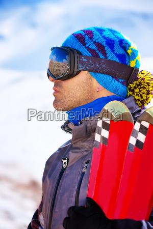 gut aussehender mann geniesst skiort
