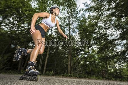 junge frau beim inline skaten