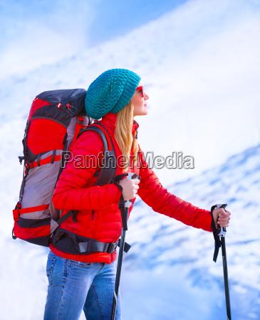 glueckliches maedchen palying ski