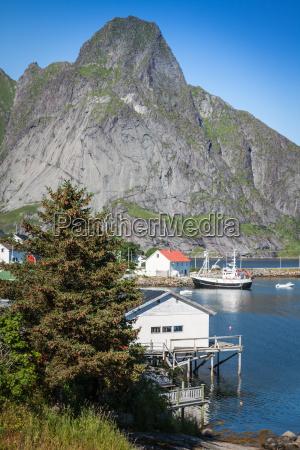 typische norwegischen fischerdorf mit traditionellen roten