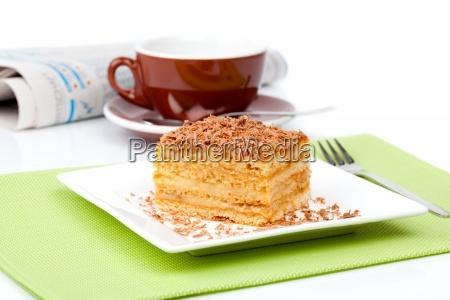 suesses dessert kuchen mit tasse caffee