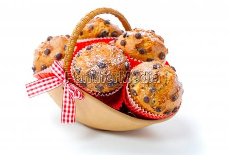 muffins in einem korb auf weissem