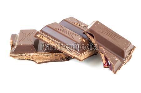 schokoladenstueck auf weissen hintergrund
