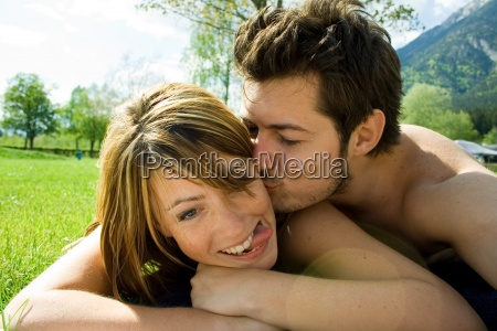 mann frau paar verliebt liebe kuss