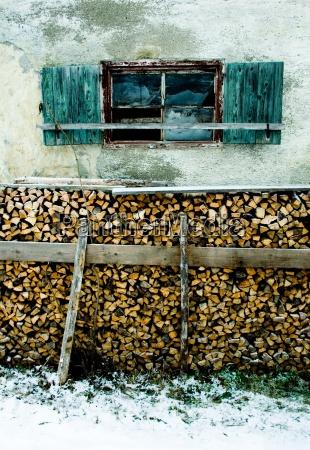 bauernhaus fenster holz brennholz alt schnee