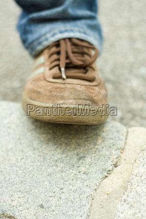 schuh turnschuh schuhe braun schnursenkel jeans