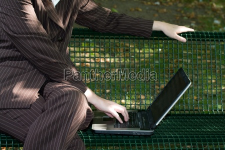 business frau geschaeftsfrau laptop arbeiten park