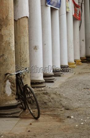 saeulen und fahrrad