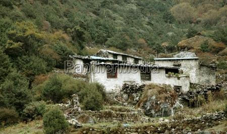 einfache behausung der sherpa im himalaja