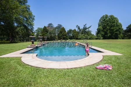 maedchen pool sommer