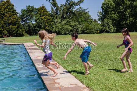 maedchen junge pool