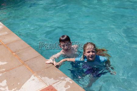 maedchenjunge der pool spielt