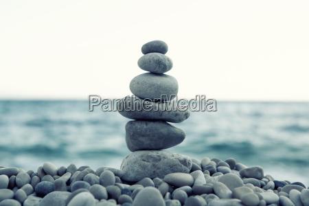 stapel von steinen am strand