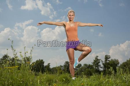 blonde maedchen in naturparkfitness programm