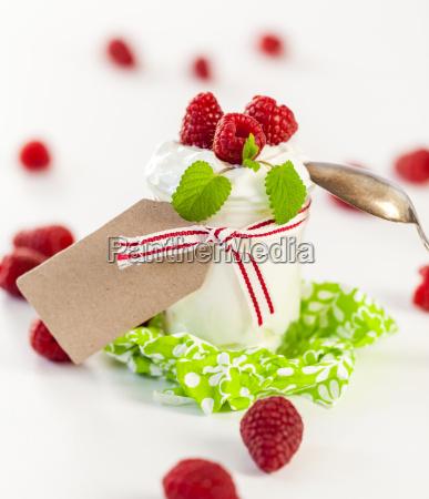 frischer joghurt mit himbeeren in einem