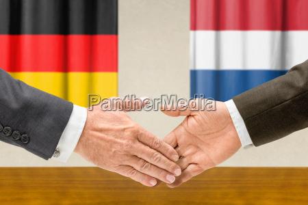 vertreter deutschlands und der niederlande reichen