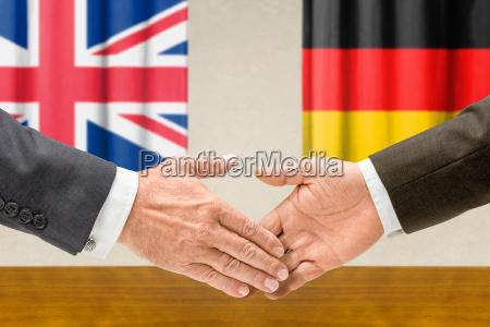 vertreter grossbritanniens und deutschlands reichen sich