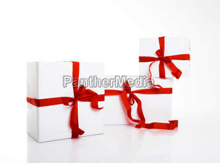 weisse geschenkbox mit schoenem band