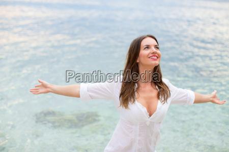 frau entspannen am strand mit offenen
