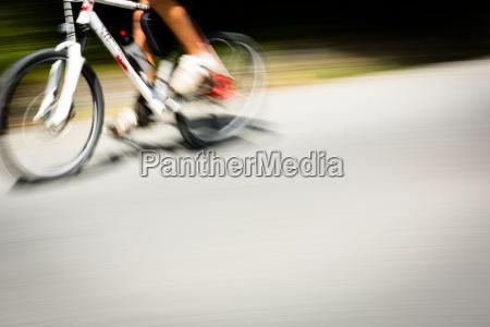 radfahrer auf einem fahrrad strasse schnell