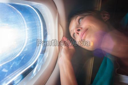 gluecklich weiblich flugzeug passagier geniessen die