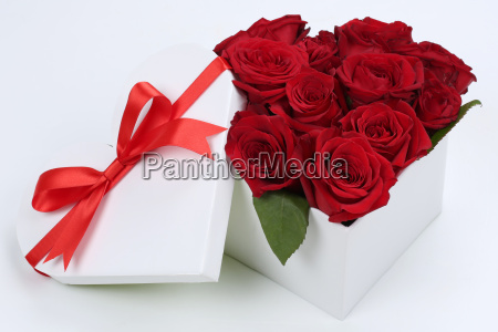 geschenk als herz mit rosen zum