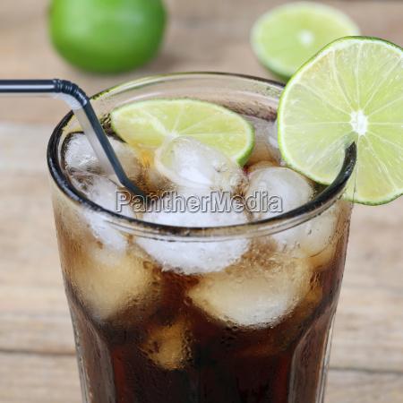 cola getraenk im glas mit eiswuerfeln