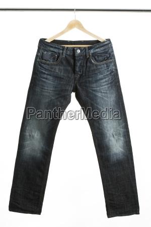 jeans auf einem kleiderbuegel