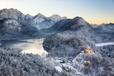schloss hohenschwangau an der winterzeit alpen