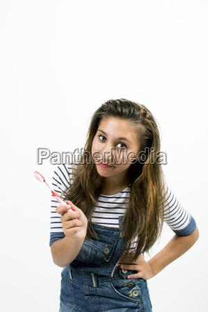 schoenes laechelndes maedchen mit zahnbuerste