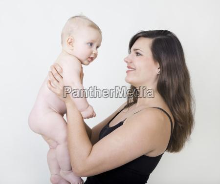 mutter mit nacktem baby