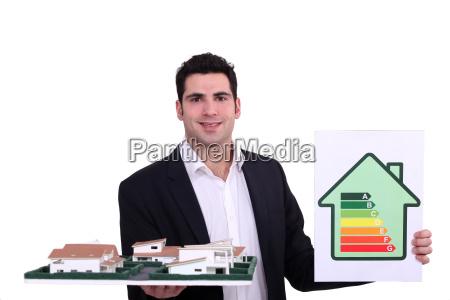 architekt mit einem energie rating zeichen