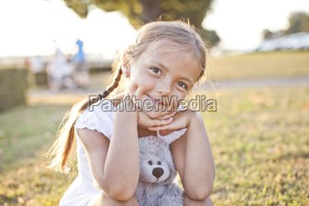 glueckliches kind in einem park