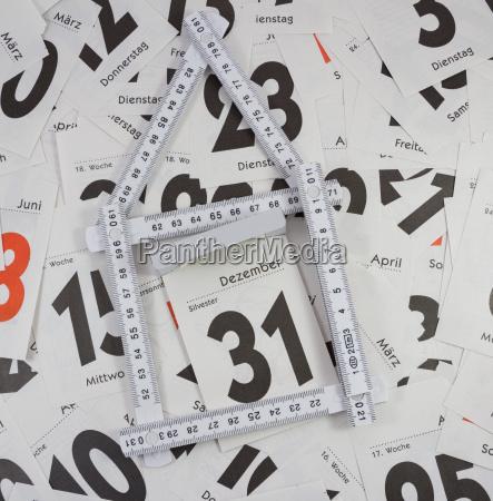 sylvester mit haus und kalenderblaetter