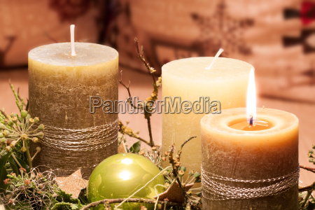 vorweihnachtliche zeit adventskranz im kerzenschein