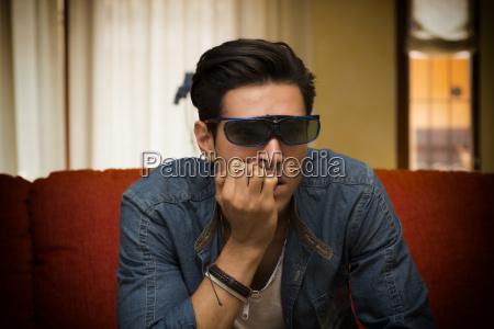 mann traegt 3d brille sitzen und