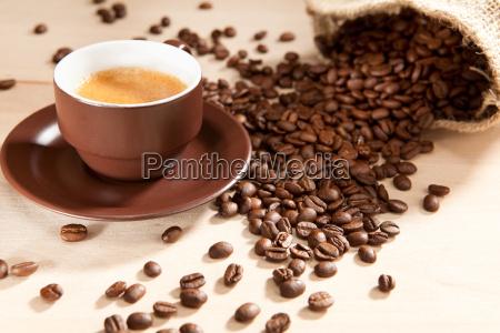 eine tasse kaffee und bohnen aus