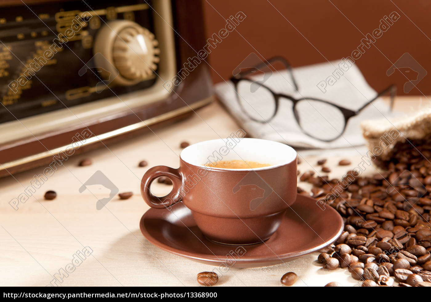 Eine Tasse Kaffee mit Zeitung und Radio - Lizenzfreies Foto ...