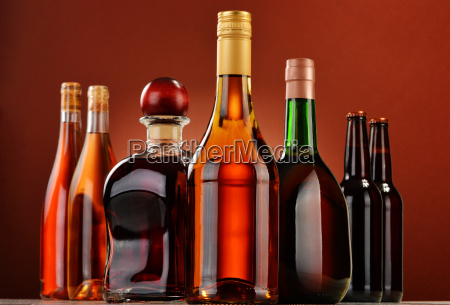flaschen sortierte alkoholische getraenke