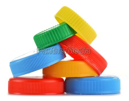 plastikflaschenkapseln auf weissem