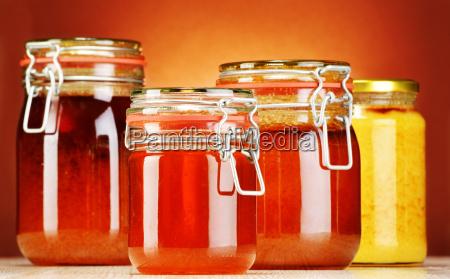 komposition mit glaeser honig