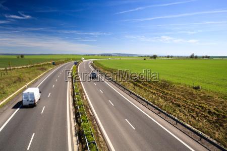 verkehr, autobahn, an, einem, schönen, sonnigen, sommertag - 13380650