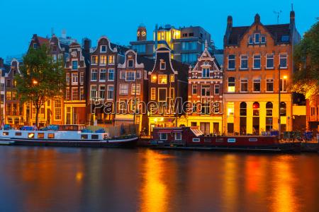nachtstadtansicht von amsterdam kanal mit niederlaendischen