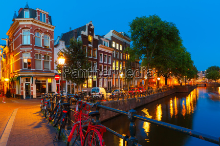 nacht stadtansicht von amsterdam kanal und
